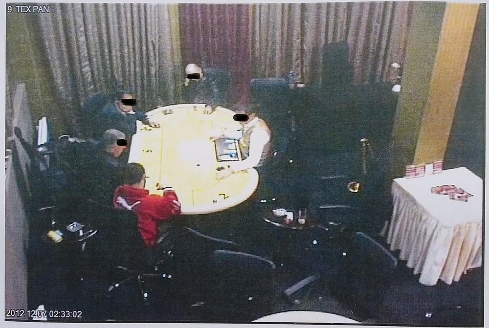τιγμιότυπο από κάμερα κλειστού κυκλώματος του καζίνο της Δοϊράνης, στο οποίο διακρίνεται ο κατηγορούμενος να παίζει πόκερ με τρία ακόμη άτομα την ώρα της επίθεσης.
