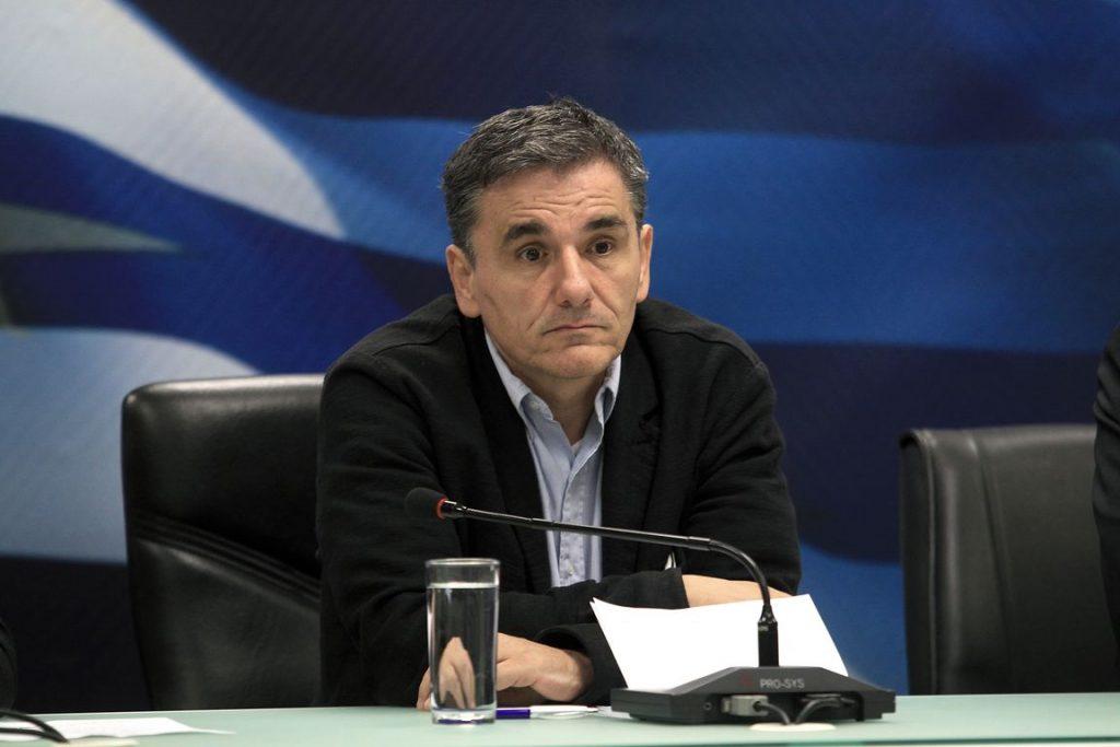 Ο υπουργςό Οικονομικών Ευκλείδης Τσακαλώτος κατά τη διάρκεια της συνέντευξης τύπου με τον επίτροπο Οικονομικών Υποθέσεων της Ευρωπαϊκής Ένωσης Πιερ Μοσκοβισί  (δεν εικονίζεται), μετά τη συνάντησή τους στο Υπουργείο Οικονομικών, την Τρίτη 3 Νοεμβρίου 2015. Ο Πιερ Μοσκοβισί βρίσκεται στην Αθήνα για διήμερη επίσκεψη εργασίας. ΑΠΕ-ΜΠΕ/ΑΠΕ-ΜΠΕ/ΣΥΜΕΛΑ ΠΑΝΤΖΑΡΤΖΗ